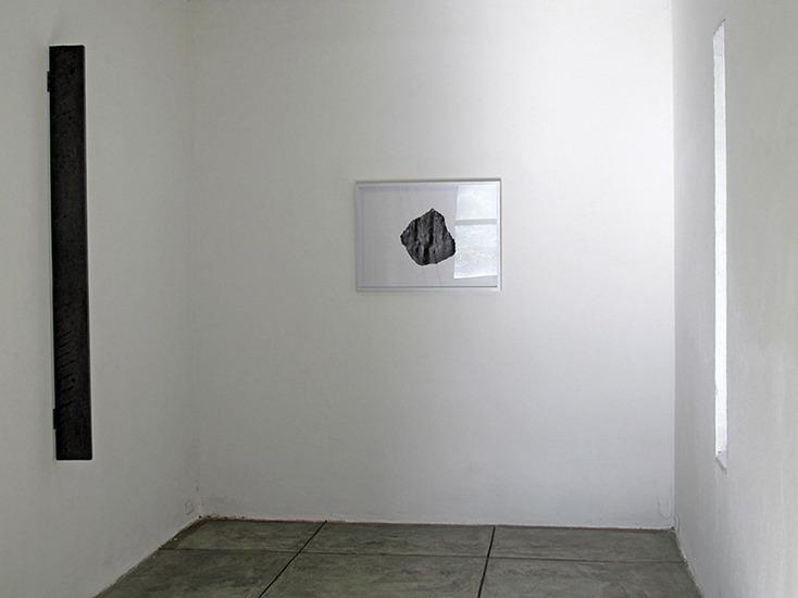 Piedra, grafito y papel 70cm x 50cm 2012.y Ventana, madera y grafito 150cm x 15cm x 3cm 2012.
