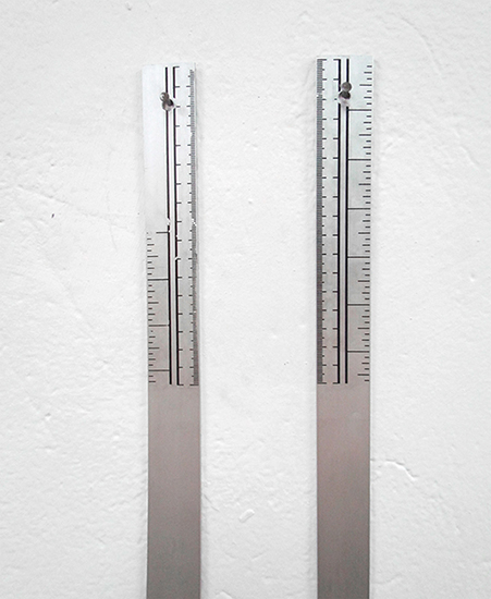 Línea, metal, 100cm x 3cm c/u, 2012
