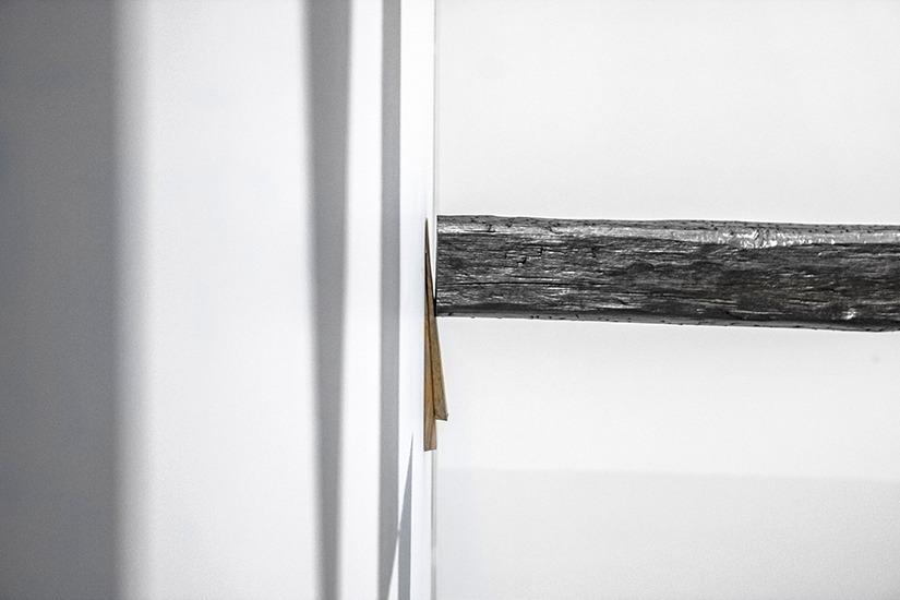 Horizontal, grafito y madera, 300cm x 15cm x15cm, 2013.