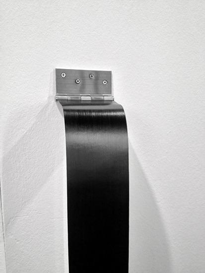 Bisagra, papel y grafito, 155cm x 10cm, 2013