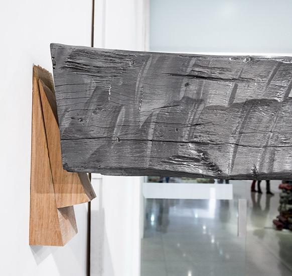 Horizontal, Instalación, grafito y madera, 4.7m x 20cm x 20cm, 2013.
