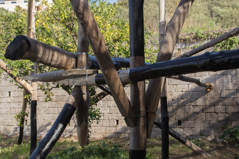 Wood (castagno selvático) metal wire and paint. 700cm x 500 cm x 500cm. Site specific Installation at Relais Regina Giovanna, Sorrento, Italy.