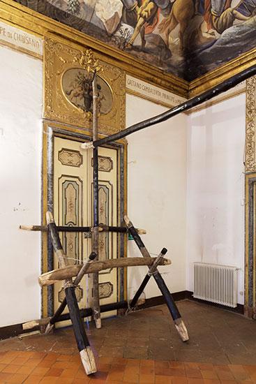Tarima, 2017 Wood (Castagno Selvatico), Metal wire, paint. 600cm x 500cm x 300cm.  Photo Amedeo Benestante, Naples