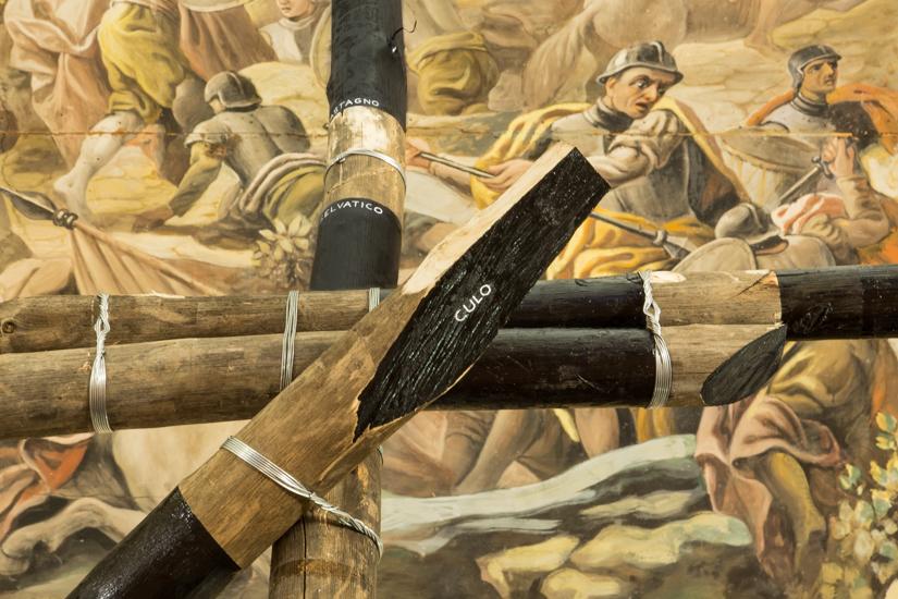Tarima, 2017 Wood (Castagno Selvatico), Metal wire, paint. 600cm x 500cm x 300cm.